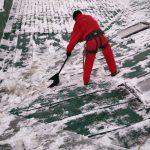 чистка крыши от снега и льда