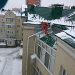 очистка крыши от сосулек в Казани